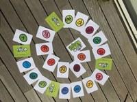 Les cartes sont disposées sur une surface pour former une spirale. On le retourne au fur et à mesure de l'animation.